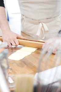 Et oui, la pâte feuilletée, c'est aussi du sport. ©Marie ETCHEGOYEN/M6