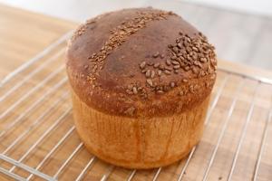 Le voici, le voilà, le pain. ©Marie ETCHEGOYEN/M6