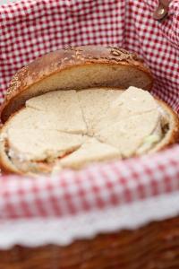 C'est bon, le pique nique est prêt. ©Marie ETCHEGOYEN/M6