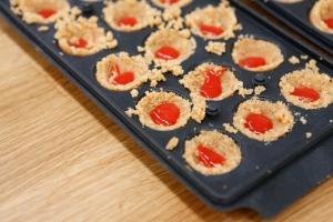 Garnissage du coulais de fraise. ©Marie ETCHEGOYEN/M6
